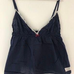 Mörkblå oddmolly linne, sparsamt använd. Säljer på grund av att den inte kommer till användning. Frakt tillkommer. Storlek fyra kan ses som large (tror jag)