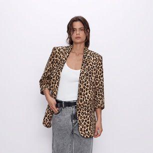 Leopard mönstrad blazer ifrån Zara. Med axelvaddar. Använd endast 1 gång. Kan även användas som klänning med ett skärp i midjan!🖤 storlek XL men jag har använt den som är storlek XS/s. nypris 560kr säljer för 200kr.