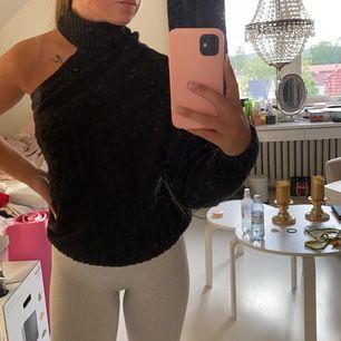 En fin enarmad tjockare tröja som är ifrån Therese Lindgrens kollektion med NAKD.com. Finns ej kvar på hemsidan. Använd fåtal gånger så är i ett fint skick. Köparen står för frakten