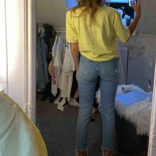passformen på dessa jeansen är GULD. Tyvärr nt längre min stil och nt andvänt dem på as länge men nt vågat släppa dem. Skulle säga att detta är typ insta baddie jeans.