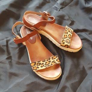 Sandaler med vit sula, läderband och leopardtryck. Köpta i Spanien. Något smal passform.
