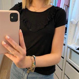 (Fläckarna är på spegeln)  Svart skön t-shirt i storlek 158/164 vilket jag skulle säga motsvarar XS/S eftersom den är väldigt mjuk och stretchig! Kontakta för fler bilder eller frågor💓