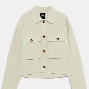 Mintgrön jeansjacka från Zara. 2019 sommarkollektion. Den skulle verkligen ha behövts strykas på bilderna, annars är den jättefin! 💖Jag möts upp i Stockholm vid köp på 2 eller fler plagg, annars kan jag frakta för 42kr ej osårbart😊