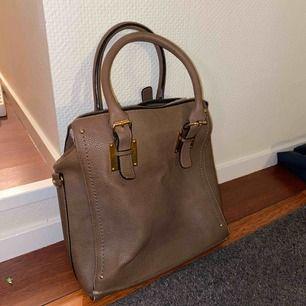 Brun väska! Vet inte vart jag köpt! Den är rätt stor och djup, bra om man ska ha med sig packning nånstans💘 - köpare står för frakt