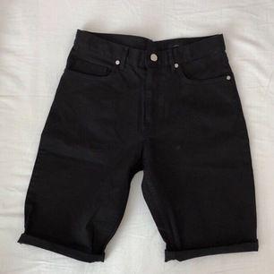 Vid detta köp var jag lite lätt dum i huvudet då jag helt sonika köpte dessa utan att kolla storleken (de låg vid shortsen som var i min storlek). Endast använd en gång och det var när jag försökte trä på mig dessa för små shorts. 55kr, frakt tillkommer!