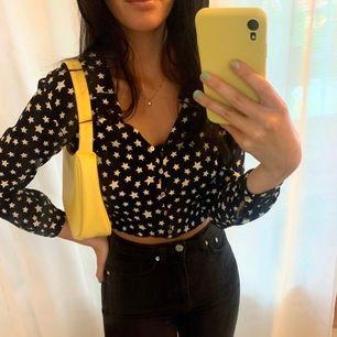 Marinblå stjärnblus från Zara som är använd fåtal gånger. På bild 1 har jag knutit upp den och på bild 2 ser ni hur längden är på blusen. Frakt = 50-60kr