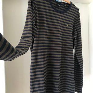 Randig tröja från Scotch & Soda! 100% bomull. Aldrig använd. Storlek M men är stor i storleken. Köparen står för frakten.