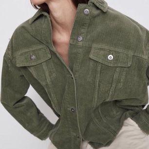 Nästan oanvänd jacka från Zara. Jackan har inga defekter, dvs är som ny. Finns det några frågor så är de bara att skriva:) Frakt står köparen för