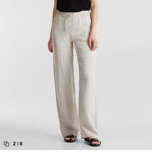 Så sjukkkkttt snygga, helt slutsålda och eftertraktade linne byxor från esprit. Var tyvärr lite för stora och långa för mig som är 163 cm. Säljer för nypris eller högre (ni får buda) i och med att de är slutsålda och oanvända. Bud just nu: