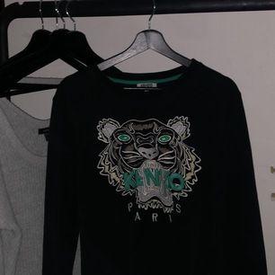 Det är en kenzo tröja i storlek L men skulle säga att den sitter som en M
