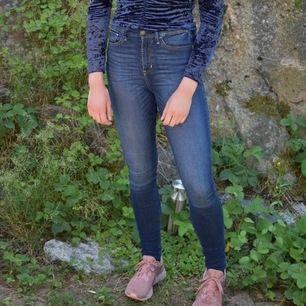 Jeans från Hollister, super skinny high waist. W26 L31. Passar även W27. Supersnygga och sköna! Skickas mot fraktkostnad 44 kr. Nypris över 800 kr.
