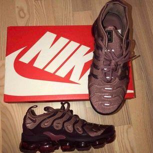 Röd/lilla Nike Vapor Max plus modell