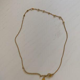Ett fint kortare halsband som matchar till lite längre halsband. Köparen står för frakten