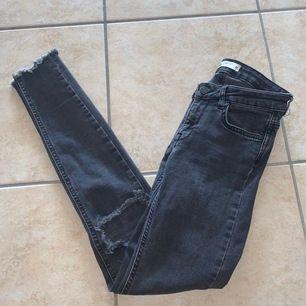 Ett par snygga lågmidjade jeans med hål på knäna från Ginatricot i storleken XS - 79kr + frakt 🥰