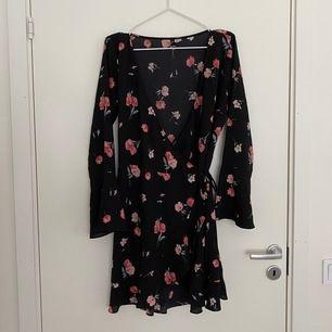 Skön omlottklänning med lite volanger! 💐 Storlek 44 men skulle säga att den mer är en 40, så den passar alla!