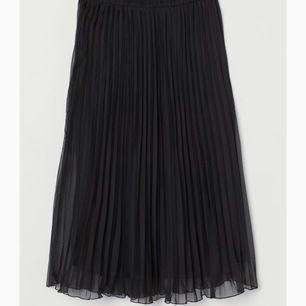 Fin lång kjol i bra skick, köpt förra sommaren! Säljer den då jag fattat trycket för några andra kjolar men det är verklingen jättefin i verkligheten 😌 köparen står för frakten vilket ligger på 25kr 😊 nypris 249kr 💗