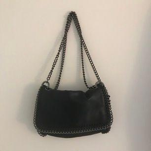 Så fin svart väska med silverkedja😍 oanvänd