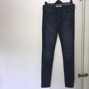 Mörkblå högmidjade jeans från Hollister.