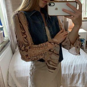 Handgjord 70-tals jacka från Australien ✌🏼🦋  Helt otroligt vacker och unik, men passar inte min nuvarande stil. I mycket bra skick ✨ Klänningen är också listad. Frakt: 66kr —— TIPS! Köp mer än ett plagg och få 30% rabatt (exkl. frakt)
