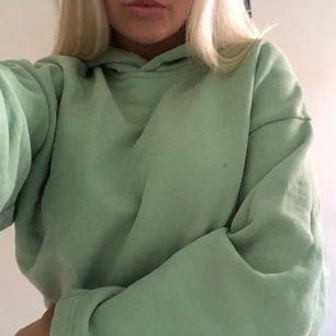 Superfin grön hoodie från Weekday, använd typ 2-3 gånger. Fint croppad!