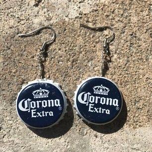 """Supercoola örhängen med """"corona"""" kapsyler !!"""