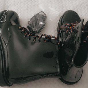 Coola Glansiga Boots i väldigt bra skick, har aldrig andvänt.                                                                                   Kommer med Svarta Snören också                          Dm för Sänkning 💀🖤