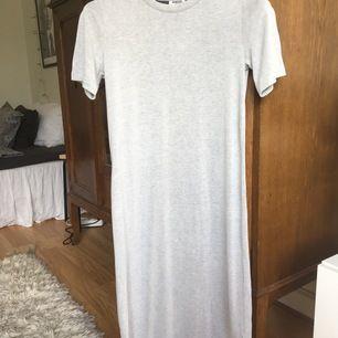 Gråmelerad klänning i skönt t-shirtmaterial från Weekday. Går till strax nedanför knäna på mig som är 167 cm.