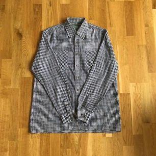 Säljer en rutig vintage skjorta, passar till det mesta! Size M, något oversize och vintage condition, bara använd. Samfraktar gärna! Pm vid intresse!