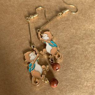 ett nytt par apa Örhängen , supersöt, fri frakt 🐒  köp 3 par örhängen och få 10kr rabatt 💕
