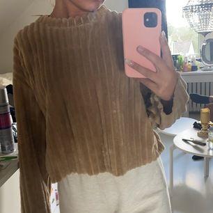 En super mysig brun tröja! Använd fåtal gånger så är i ett bra skick. Köparen står för frakten