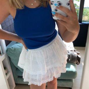 En super söt och gullig vit kjol från By Anastasia, köpte nyligen och aldrig använd så helt ny och i bra skick🦋 Komtakta för intresse! Frakt ingår i priset😇