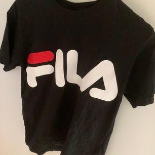 supercool fila tshirt som sitter lite oversized. passar xs-s-m. använt fåtal gånger. köpare står för frakt!💘