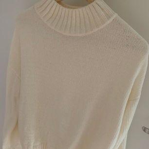 världens mysigaste lilla stickade tröja i suuuperskönt sammets material. perfekt att ha en sen sommarkväll 😍 passar xs-s. köpare står för frakt.