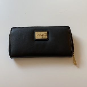 Säljer min svarta Don Donna plånbok med gulddetaljer!🌼 Väl använd🦋 Köparen står för frakten, kan eventuellt mötas upp i Malmö🌹 Tar endast swish.
