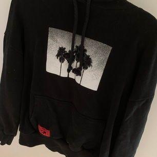 suuuperfin hoodie med coolt tryck från pull and bear (slutsåld). har ett tryck med text på ena ärmen. har perfekt passform, storlek s, passar även xs. köpare står för frakt.