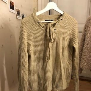 Beige v-ringad tröja med knytning fram, frakt tillkommer! Strl S men oversized.
