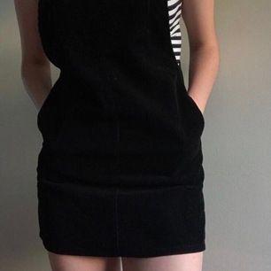Manchesterklänning med hängslen! Två fickor på sidorna och en på bröstet. Säljer då den är för kort för mig (är 1,78 cm). Jättefin verkligen och passar med allt! Betalning sker via swish och köparen står för frakt, möts annars upp i Sthlm ✨