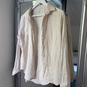 En beige skjorta från Morris, lite större i storleken så perfekt som en oversize skjorta till ett par jeans. Nypris:900:-