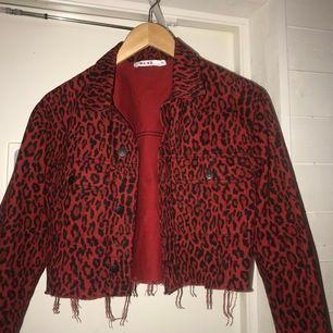 Skitsnygg croppad jeansjacka med coolt leopardmaterial 😛😛 får tyvärr inte så mycket användning av den som jag trodde så säljer den vidare;) fraktkostnaden går nog på 60 kr, om flera är intresserade blir det budgivning💞