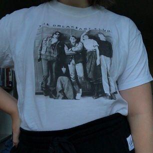 """T-shirt med tryck på """"The breakfast club"""". Köpt på zalando men märket är Revival Tees. Säljer då den inte används så mycket som jag hoppats på. Inga defekter, frakt tillkommer!"""