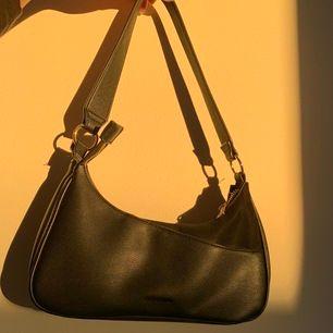 En svart handväska köpt från accent för 500kr för några månader sedan men fortfarande någorlunda bra skick! Gör verkligen alla basic outfits ännu snyggare och passar till allt! Säljer för 319kr inklusive frakten! Skriv vid fler bilder/frågor 🥰🥰