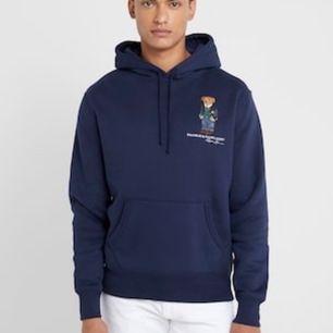 Superfin marinblå hoodie från ralph lauren, knappt använd. Köpt för 1,7 på scandinavian sportsmen. Frakt tillkommer❣️