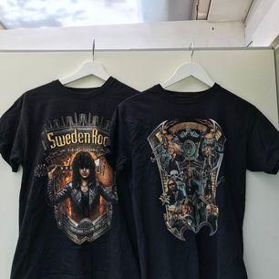 Dessa t-shirts från Sweden Rock. Fått dessa t-shirts. Aldrig kommit till användning då den inte passar mig. Frakten varierar och köparen står för frakten💕