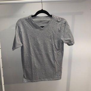 Säljer två t-shirts från Tommy Hilfiger, den på bilden är en XL på pojkavdelningen, motsvarar en S i dam om man inte vill att den ska sitta åt. Den andra är en M i damstorlek, sitter ungefär samma men mer figursydd.
