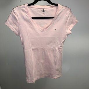 Figursydd rosa t-shirt i storlek M, men pga att den är figursydd skulle jag säga att den är mindre i storleken om man inte vill att den sitter åt🌺