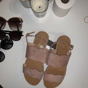 Oanvända sandaletter från Anna Field, jättesöta nu på sommaren🌺🥰
