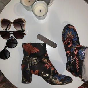 Mönstrade skor från Zara, dragkedja på baksidan och är lite slitna på vissa ställen som bild 3 visar! Skickar gärna fler bilder där det syns🌺🥰 Storlek 39 men skulle säga att dem är lite små i storleken 🌺
