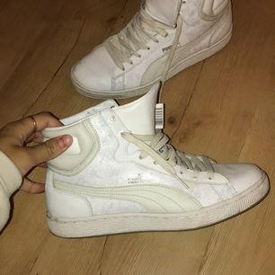 Vita pumpa skor i stl 39. Fint skick, använda några gånger. För mer info meddela mig privat.