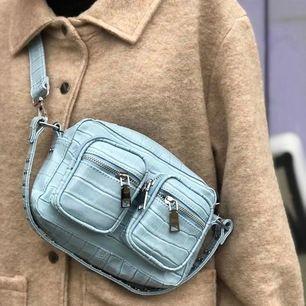 Säljer min ljusblå noellaväska för att den ej kommer till användning. Använd ca 5 gånger! Köparen står för fraken.