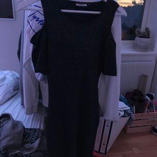jättefin glittrig klänning! Nästan aldrig använd så är i superbra skick💖 hund finns i hemmet men plagget tvättas såklart innan det säljs💕💘 står ej för eventuell frakt, finns annars att hämta i Upplands Väsby💞💖